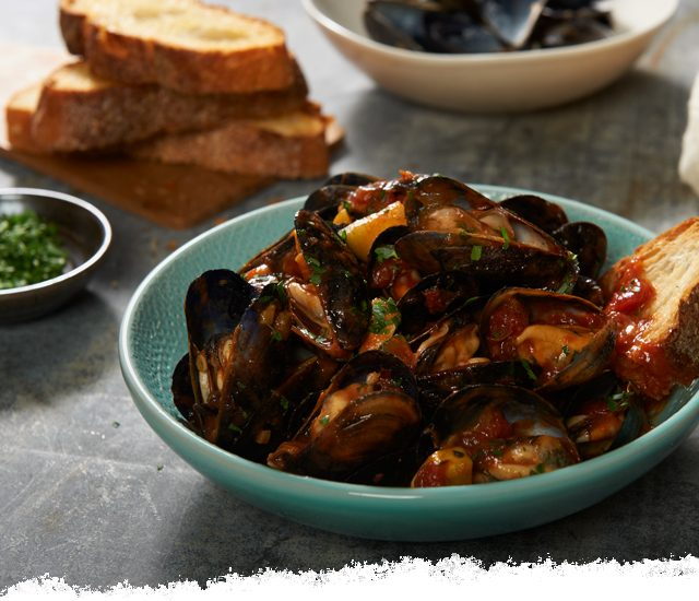 Mussels in Balsamic Caramelized Onion Sauce with Garlic Bread