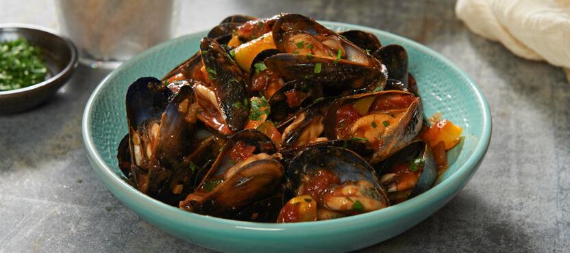 Mussels in Garlic Marinara Sauce with Garlic Bread